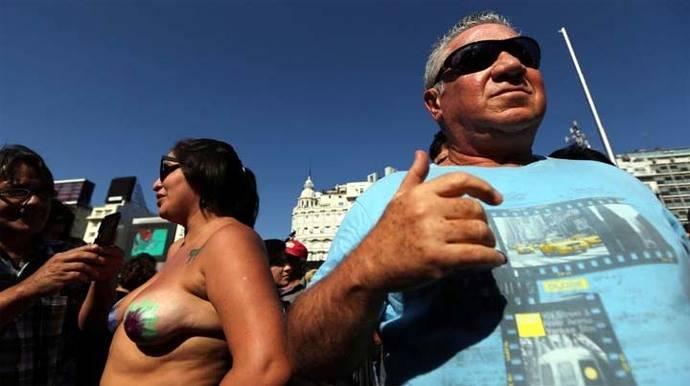 Protesta en topless tras la censura en una playa en Argentina