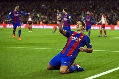 El uruguayo Luis Suárez celebra el gol con el que Barcelona abrió el marcador este martes en el estadio Camp Nou