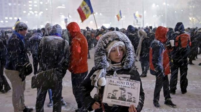 Dimite ministro de Justicia rumano por decreto de amnistía a corruptos