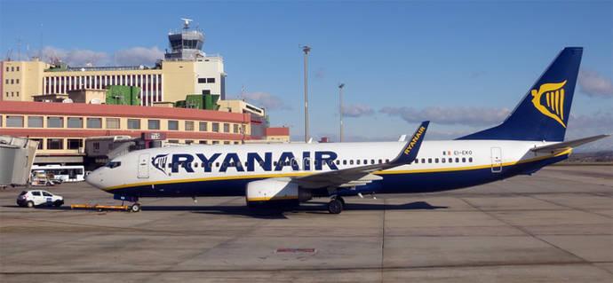 Ryanair advierte que podría cambiar su política de equipajes si los pasajeros no la cumplen