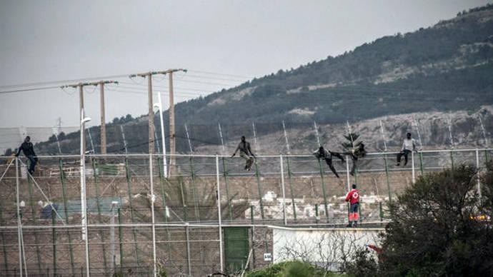 Varios inmigrantes permanecen encaramados en la valla interna de Melilla/ Jesús Blasco de Avellaneda