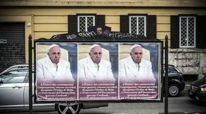 Decenas de carteles anónimos en Roma exhiben críticas a Francisco
