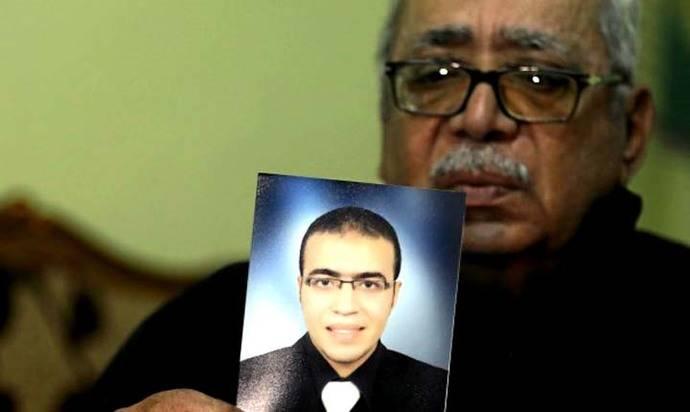 Reda El Hamahmy, sujeta una foto de su hijo Abdallah, supuesto autor del ataque