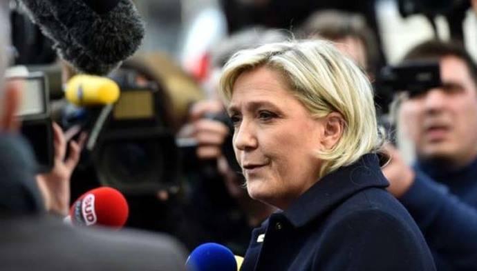Marine Le Pen durante una rueda de prensa en Juvisy-sur-Orge.