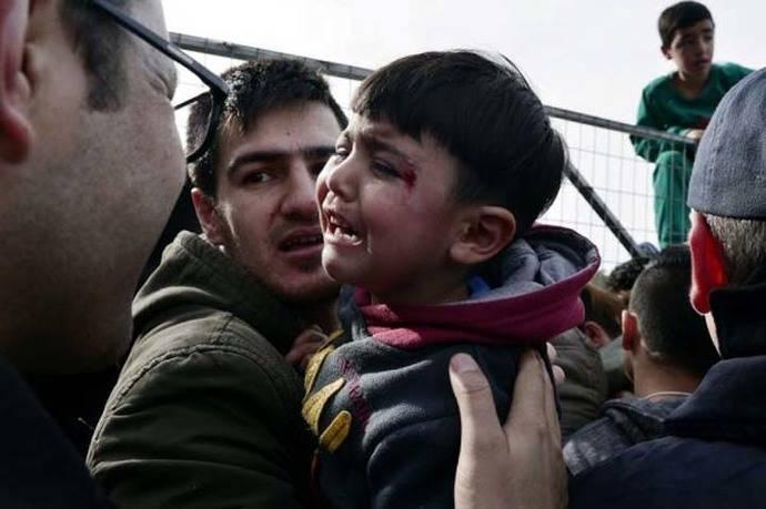 Imagen de referencia: dos refugiados afganos en el campo Hellinikon, en Atenas