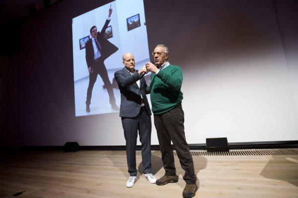 Burhan Ozbilici, el fotógrafo ganador del World Press Photo, y la imagen ganadora durante la recepción del premio.
