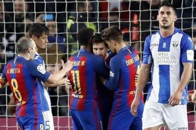 Messi, quien anotó de penalty, celebra el gol de la victoria