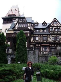 La autora de este artóiculo, frente al Castillo