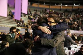 Abrazo entre Pablo Iglesias e Íñigo Errejón en Vistalegre 2/ MARTA JARA