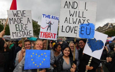 Un grupo de personas se manifiesta en contra del Brexit