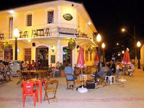 La noche en Porto Belo, cafés y música en directo.