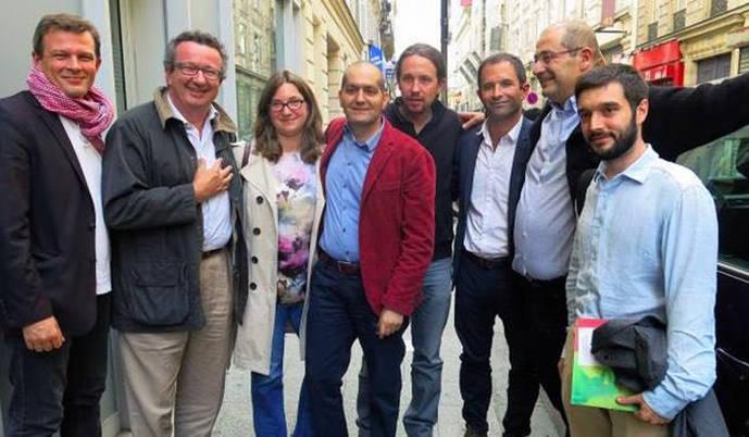El secretario general de Podemos, Pablo Iglesias, con el candidato del PSF, Benoit Hamon, a su derecha con camisa blanca.
