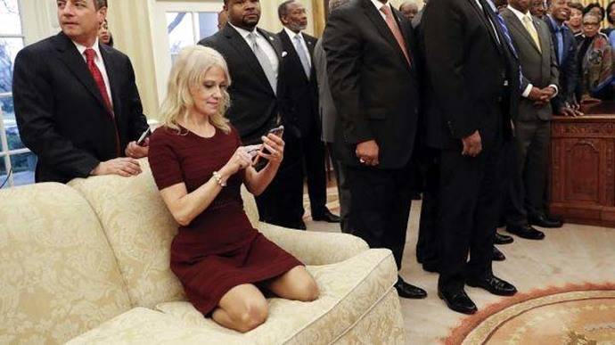 Conway aparece de rodillas sobre un sofá de la oficina presidencial