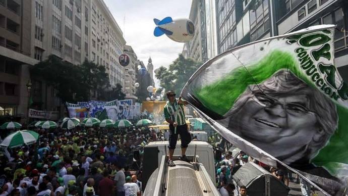 Miles de argentinos se movilizan contra el plan económico de Macri