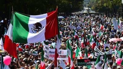 Miles de personas marchan en México contra Donald Trump