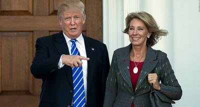 Betsy DeVos junto al presidente de EEUU, Donald Trump
