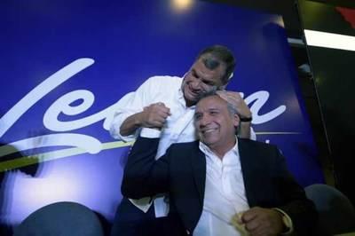El exvicepresidente y candidato presidencial Lenín Moreno junto con el presidente saliente Rafael Correa.