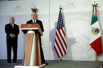 El secretario de Seguridad de Estados Unidos, John Kelly, acompañado por el secretario de Estado de Estados Unidos, Rex Tillerson en Ciudad de México.