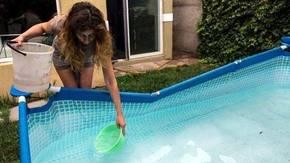 Una mujer recolecta agua de su piscina en Santiago de Chile.