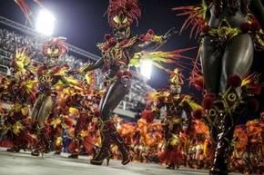 El accidente de una carroza de una escuela de samba, empañó el estreno del carnaval de Río de Janeiro.