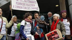 Brenda y María José entregando 100.000 firmas en la Dirección General de los Registros y del Notariado
