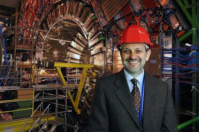 El físico Guido Tonelli delante del detector CMS del Laborotorio Europeo de Física de Partículas