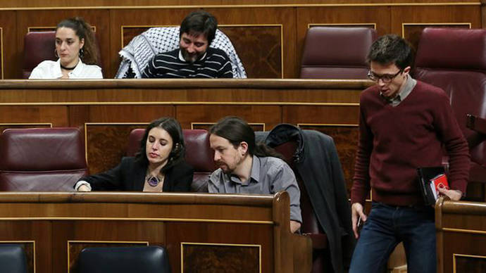 Íñigo Errejón pasa junto a Pablo Iglesias e Irene Montero en el Congreso tras estrenar su nueva ubicación