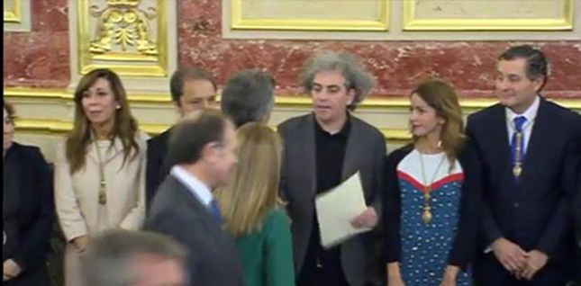 Marcelo Expósito entrega la carta en nombre de Unidos Podemos al presidente argentino Mauricio Macri