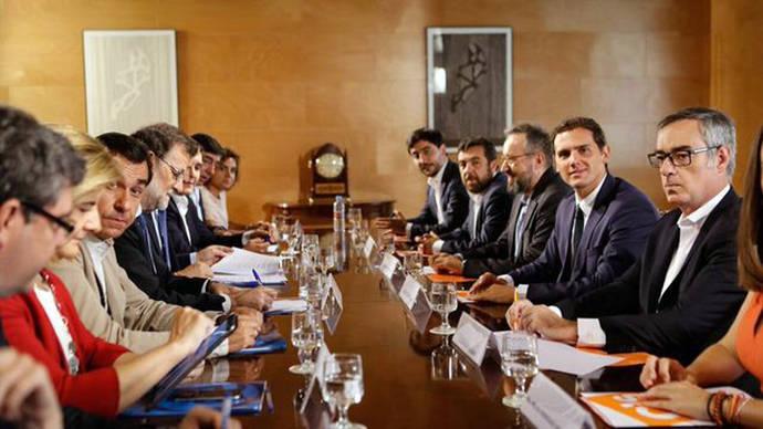 Los equipos negociadores de Ciudadanos y el PP durante una de las reuniones que mantuvieron para cerrar el pacto