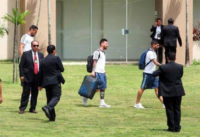 Lionel Messi en el aeropuerto de Santa Cruz, Bolivia, para abordar el vuelo que lo llevaría a La Paz