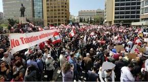 Libaneses protestan por la subida de impuestos y la corrupción