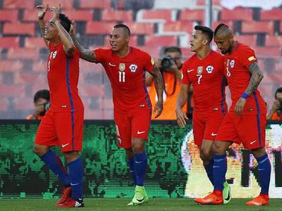 Celebran los chilenos; Paredes, Vargas, Sánchez y Vidal.