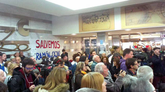 Vecinos, médicos y pacientes se encierran en el hospital Ramón y Cajal por los recortes en Sanidad de Cifuentes