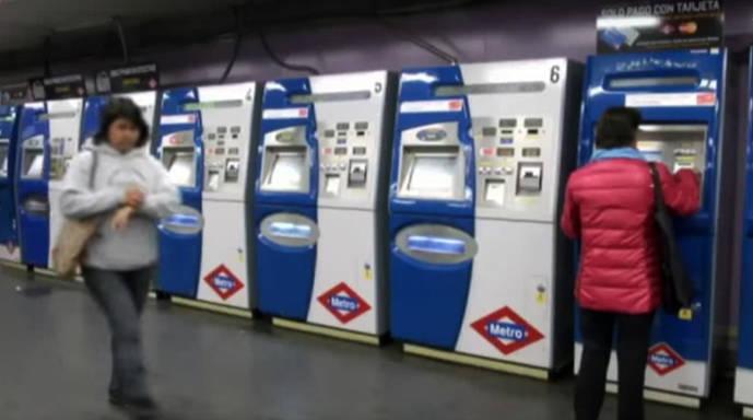 Viajeros en las máquinas expendedoras de billetes en una estación de Metro de Madrid