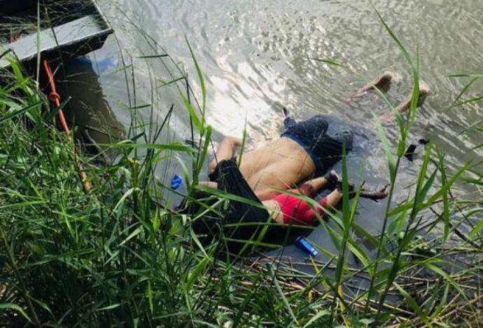 Vista de los cuerpos del migrante salvadoreño Oscar Martínez Ramírez y su hija, quienes se ahogaron mientras intentaban cruzar el Río Bravo.