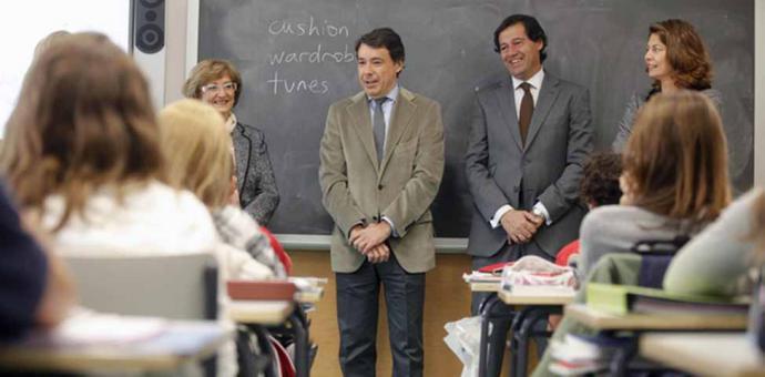 Ignacio González y Lucía Figar (derecha) acuden a la inauguración de la ampliación de un colegio en Las Rozas. / Madrid. org