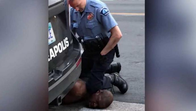 Un nuevo video que muestra que tres policías presionaron sus rodillas sobre George Floyd