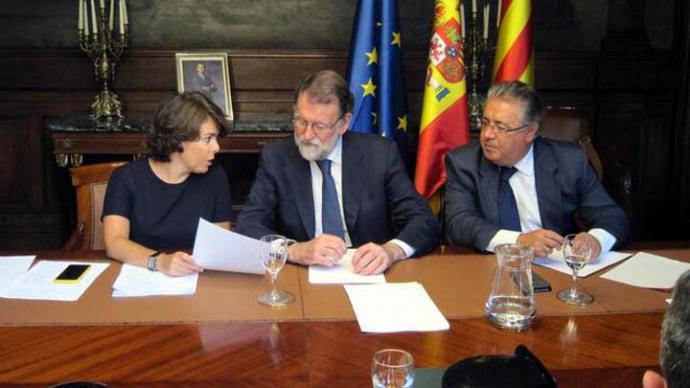 Santamaría, Rajoy y Zoido en Moncloa, durante una reunión para analizar la situación en Cataluña.