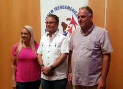 Luis José Chávez, nuevo presidente del Forum, junto a los pasados presidentes Roque Baudean y Miriam Petrone
