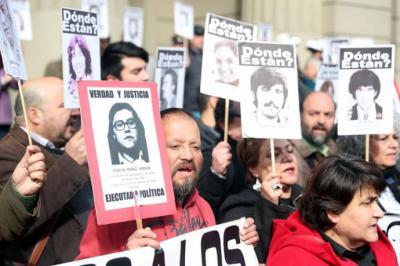 Agrupaciones de familiares de víctimas de la dictadura de Augusto Pinochet protestan contra la decisión de la Corte Suprema.