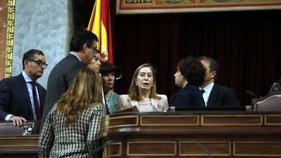 Ana Pastor charla en el hemiciclo con los miembros de la Mesa del Congreso