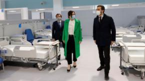La presidenta de la Comunidad de Madrid, Isabel Díaz Ayuso, durante una visita este viernes al hospital de emergencias Isabel Zendal en construcción.Comunidad de Madrid.