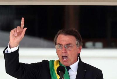 El nuevo presidente de Brasil, Jair Bolsonaro (c), habla durante la ceremonia de investidura celebrada el 1 de enero en el Palacio de Planalto, Brasilia.