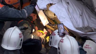 Socorristas rusos rescatan a un bebé de un edificio destruido por una explosión de gas