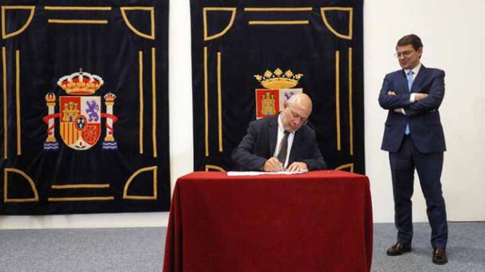 Igea firma el pacto de gobierno en Castila y León ante la mirada de Fernández Mañueco.