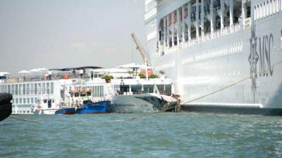 Un crucero choca con un barco turístico en Venecia