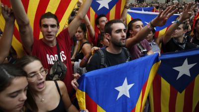 Estudiantes durante las protestas a un año del referendo independentista de Cataluña.