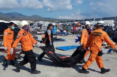 Miembros del personal de rescate cargan el cuerpo de una víctima en Donggala, Indonesia.