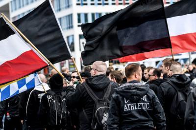 Manifestantes ultraderechistas mientras participan en una protesta en contra de los inmigrantes en Chemnitz, Alemania.