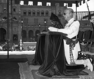 Francisco Franco, y su mujer Carmen Polo, asisten a la celebración de la eucaristía en la Plaza de España de Sevilla en 1968